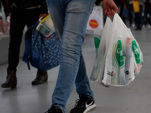 Hoy comienza a regir la ley que prohíbe la entrega de bolsas plásticas