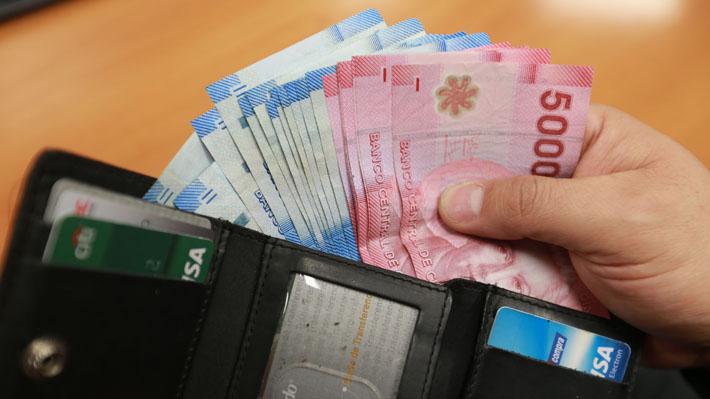 Sueldo mínimo llega a los $301 mil en Chile: ¿Cómo ha variado en las últimas décadas?