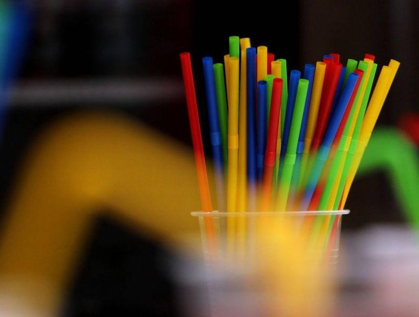Presentan proyecto de ley para prohibir el uso de bombillas de plástico en el comercio