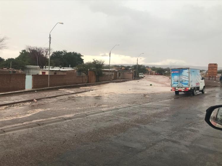 [VIDEOS] Intensas lluvias en Alto Loa desbordan ríos de la zona