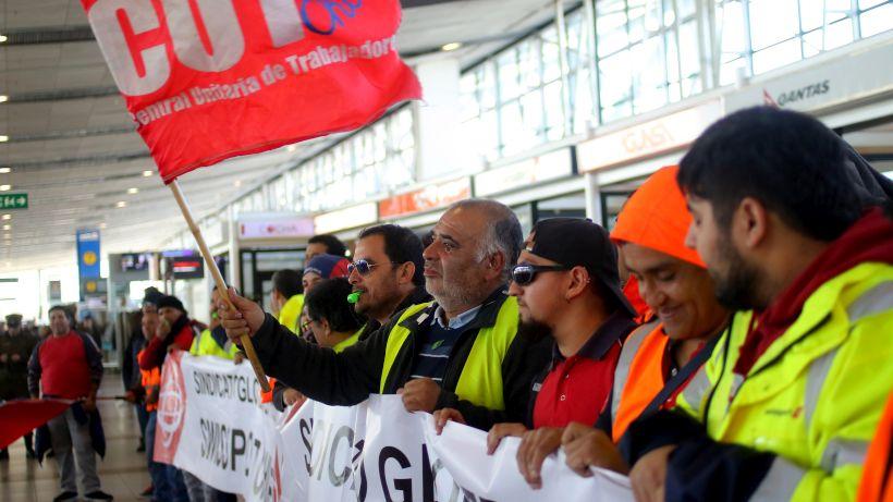 Trabajadores en huelga de Swissport cortaron accesos del aeropuerto de Santiago esta madrugada