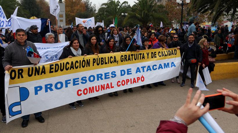 Profesores marchan por Santiago en medio del paro